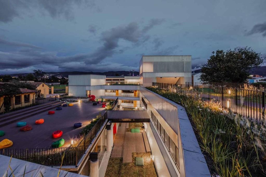Colegio Helvetia. A la izquierda se aprecia la cubierta del Centro de Investigación, edificio construido en el año 2000; a la derecha al fondo se observa la nueva etapa del colegio con cuatro niveles. El paisajismo es de la firma Paisaje Urbano Fotografía: Alejando Arango. Cortesía: EEM.