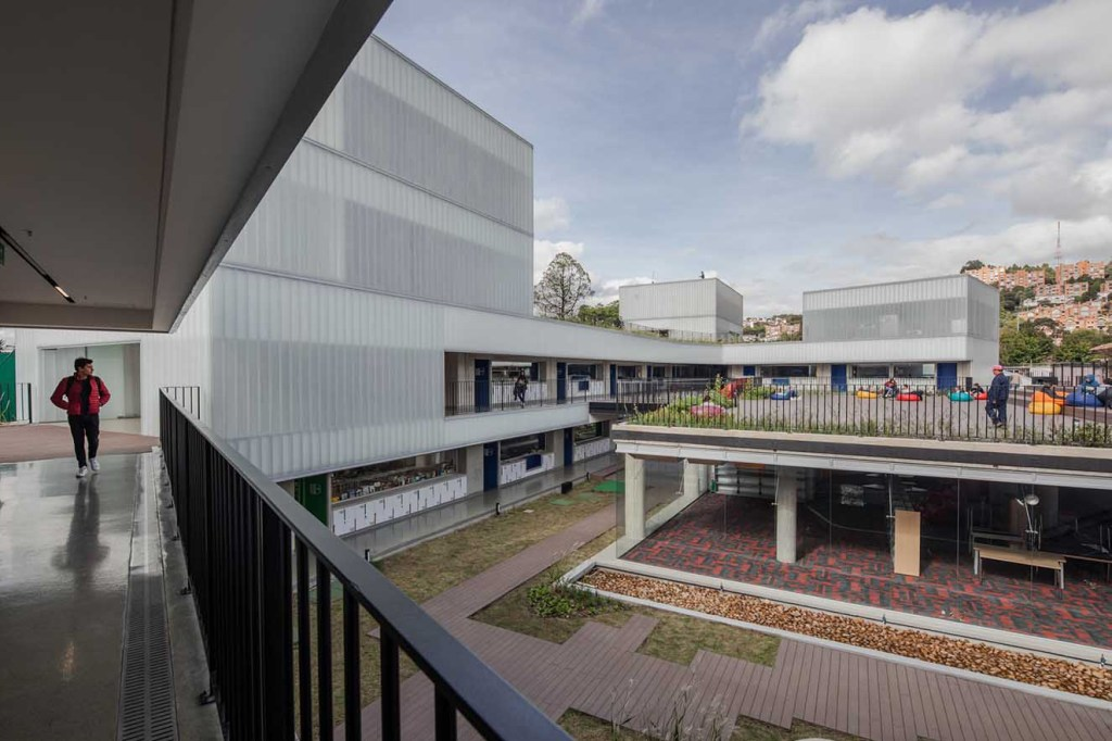 La nueva construcción y el Centro de Investigación se relacionan en el nivel inferior a través del 'patio inglés'. Fotografía: Alejandro Arango. Cortesía: EEM.