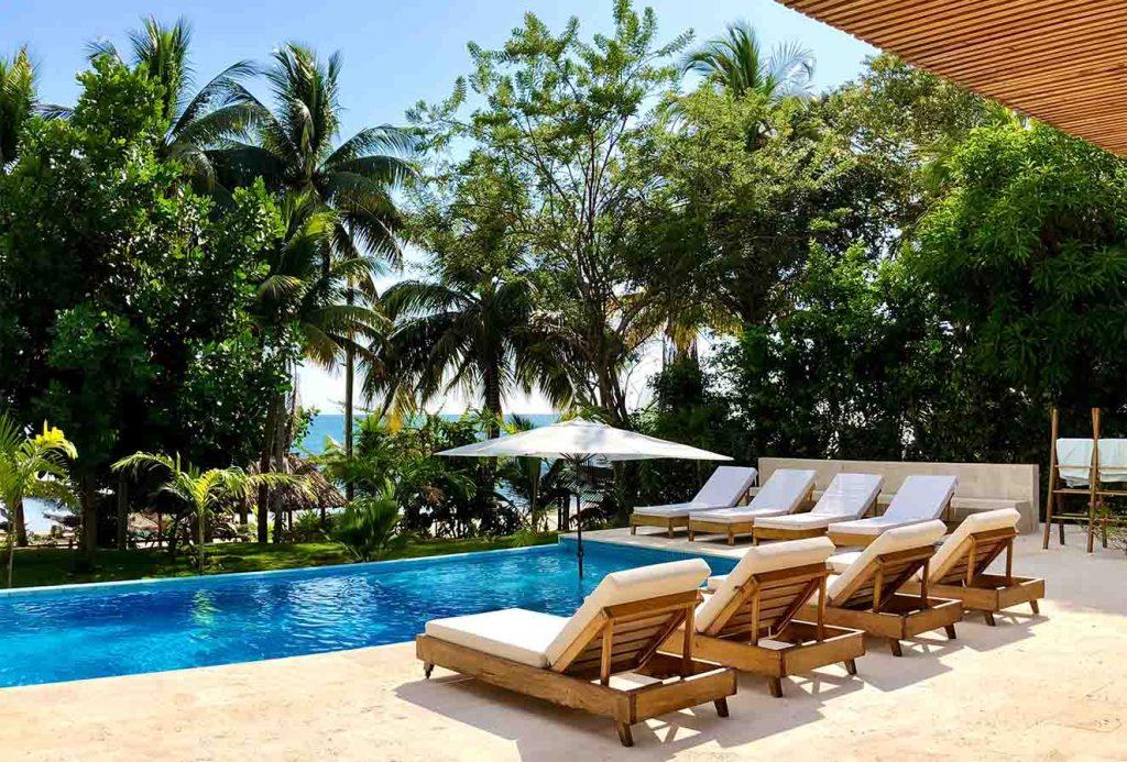 Zona de descanso juntoa a la piscina de horizonte infinot con vista al Mar Caribe. Fotografía: Yvonne Meyer.