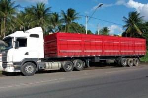 47db4b281 Uma carreta carregada com cerca de 30 mil pares de calçados falsificados  foi apreendida nesta segunda-feira (24), na cidade de Ribeira do Pombal, ...