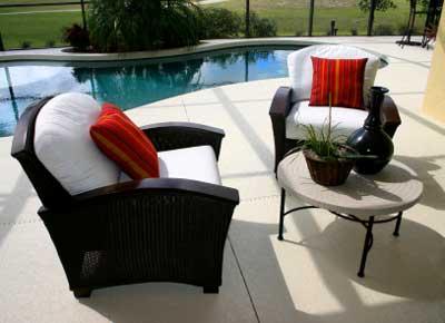 Красные подушки оживляют черно-белые стулья