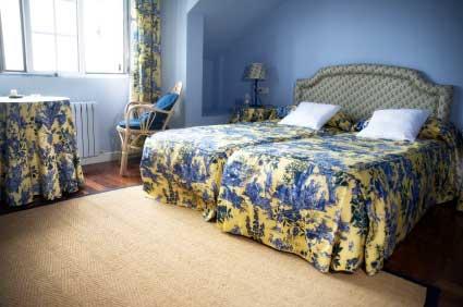Желто-синяя спальня с тканью Toille de Jouy