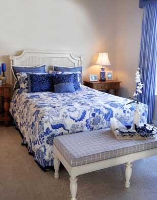 Синяя и белая цветовая гамма спальни с использованием рисунка