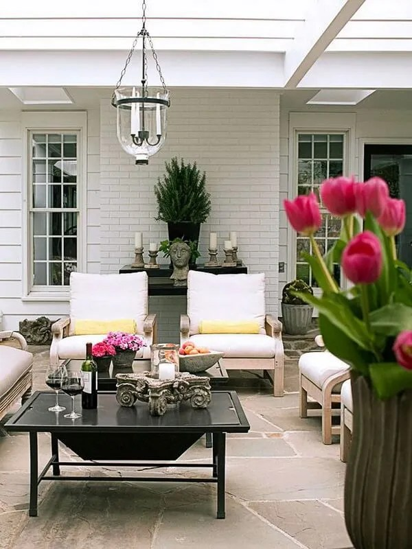 Keep an outdoor structure uncovered to increase the sense of space and the yard views remain intact. Pendant candelabra