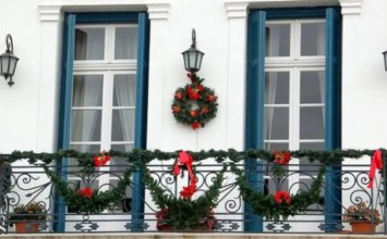 Best 10 Beautiful Christmas Balcony Decor Ideas