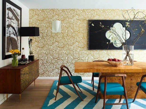 Stylish-wallpaper-brings-golden-elegance-to-the-contemporary-dining-room
