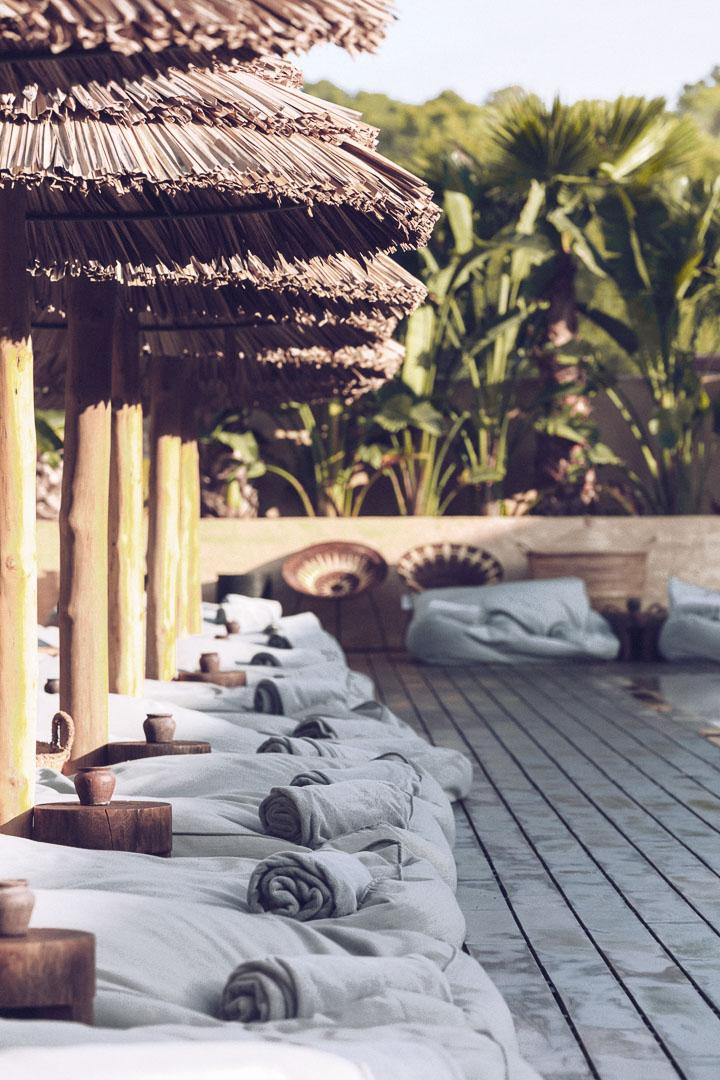 Detalle diseño arquitectura real estate de la piscina principal al exterior del restaurante de Casa Cook Ibiza en las Islas Baleares