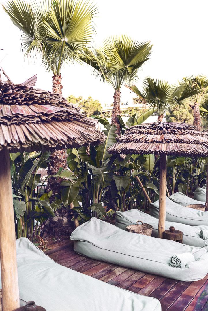 Detalle hamacas en piscina exterior en hotel casa cook Ibiza diseño real estate