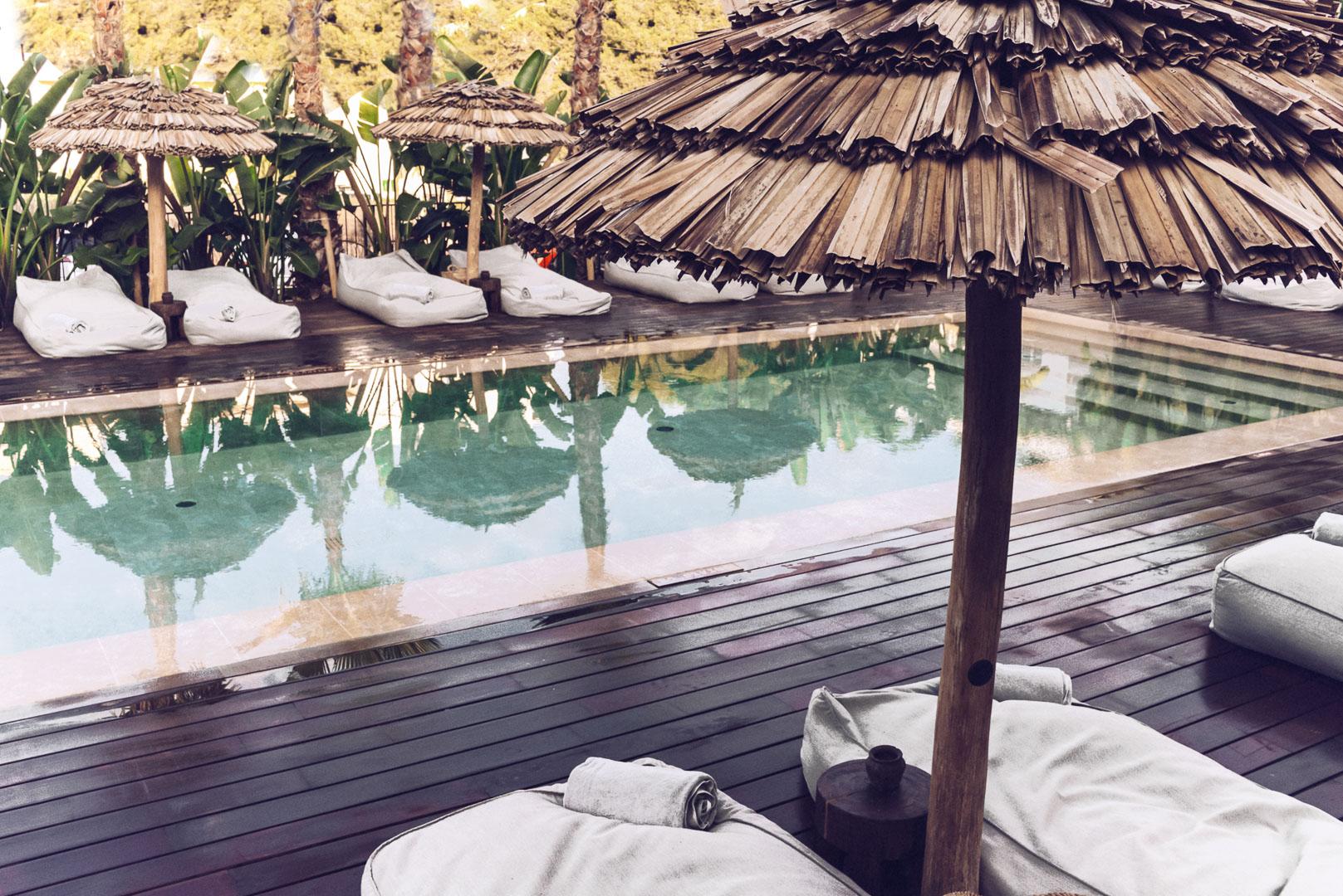 Detalle otografía exterior piscina secundaría al atardecer en hotel casa cook Ibiza
