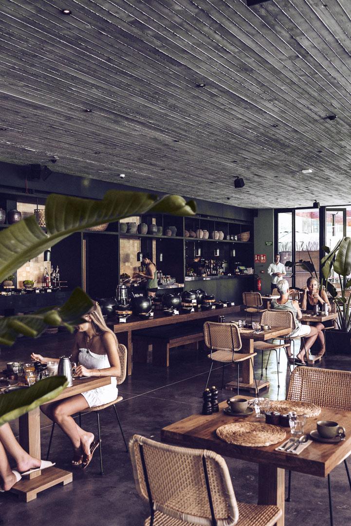 Fotografía arquitectura real estate interior comedor casa cook Ibiza con gente comienco