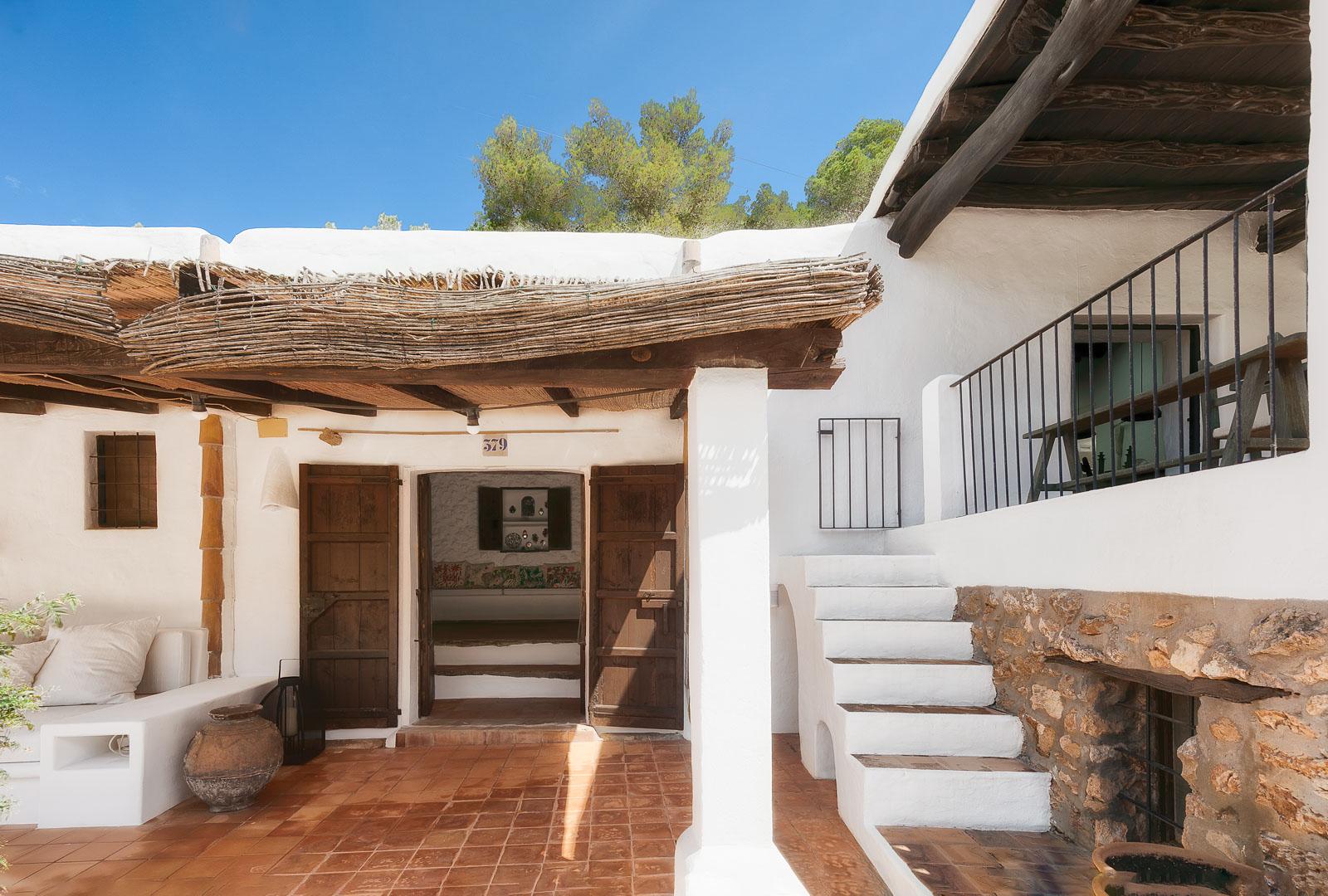 Fotografía interiorismo real State del exterior de una terraza en villa de sant josep