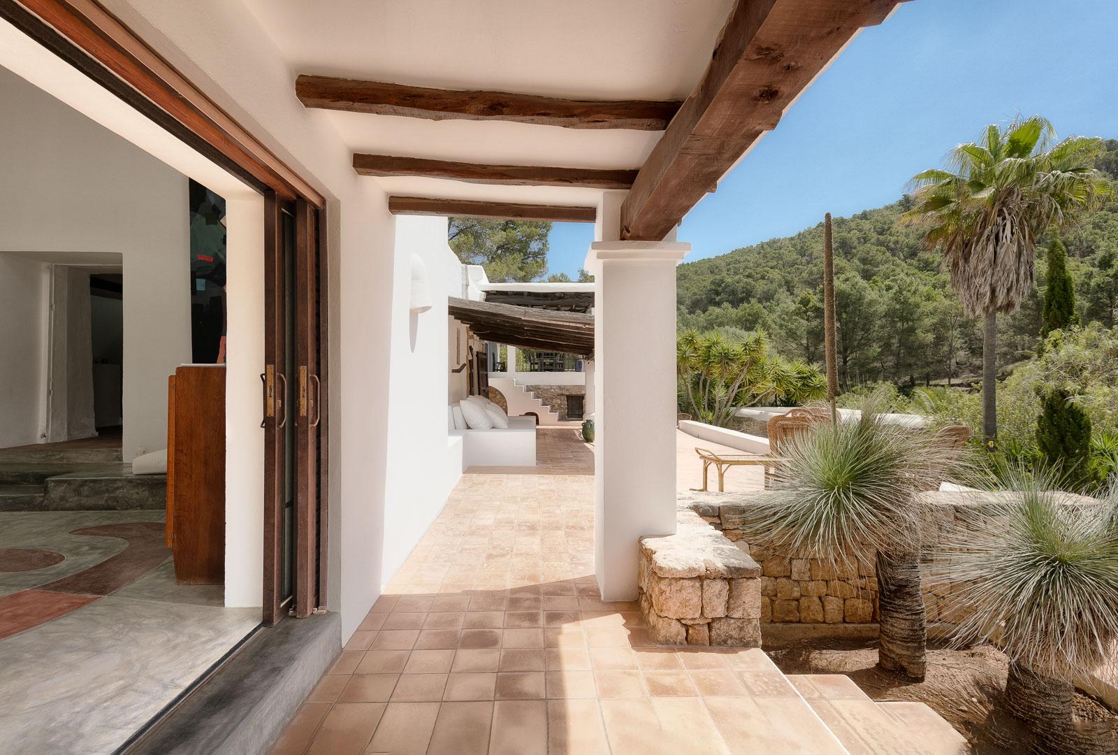 Fotografía interiorismo real State del exterior de una terraza en villa de sant miguel de ibiza
