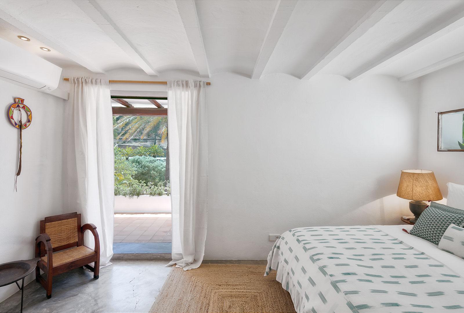 Fotografía interiorismo real State del interior de un dormitorio en villa de sant josep de ibiza