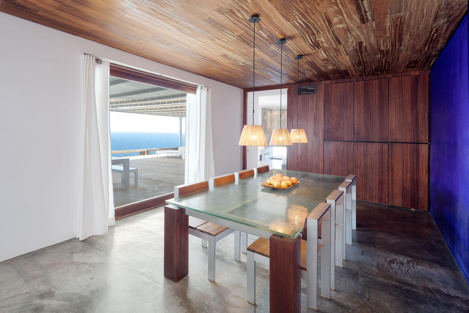 Fotografía real State del interior de una cocina de villa privada al norte de Ibiza