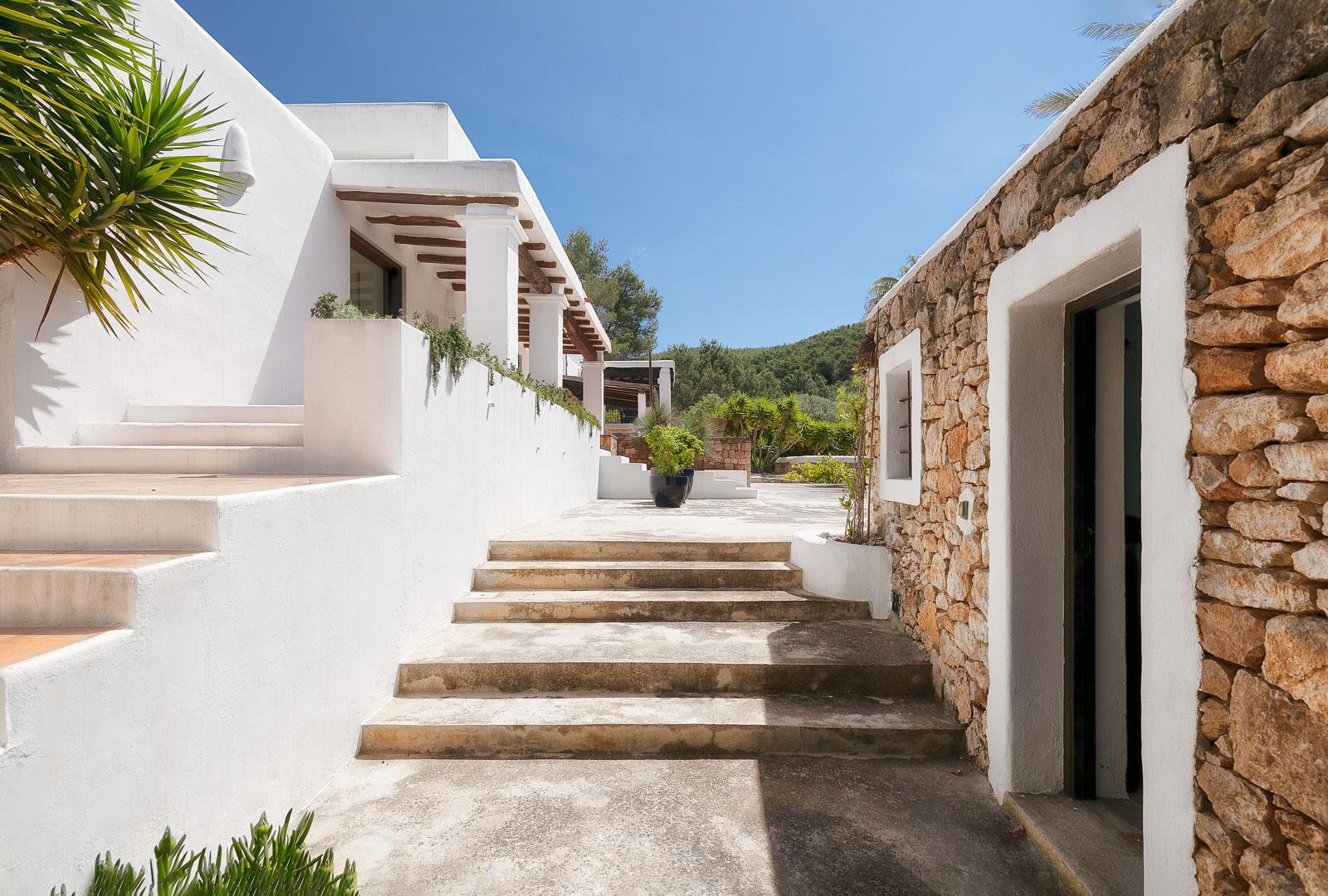 Fotografía real State del interior de una cocina de villa privada al norte de Ibiza33
