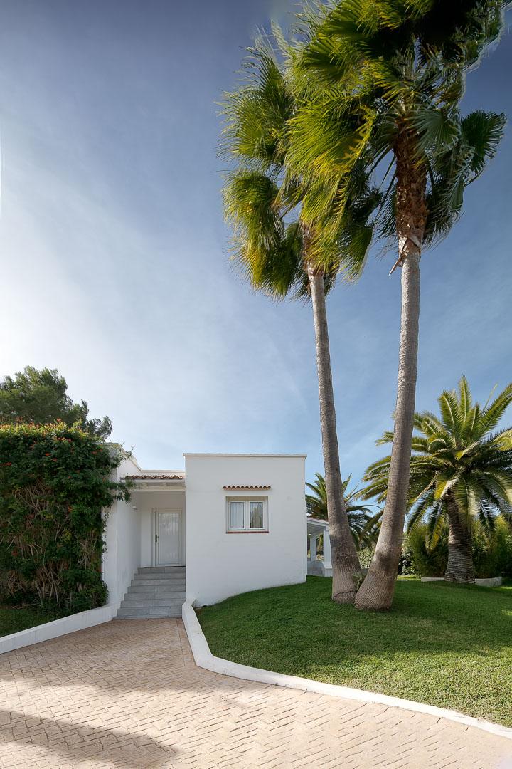 Fotografía real estate del exterior de casa de campo payesa en Ibiza
