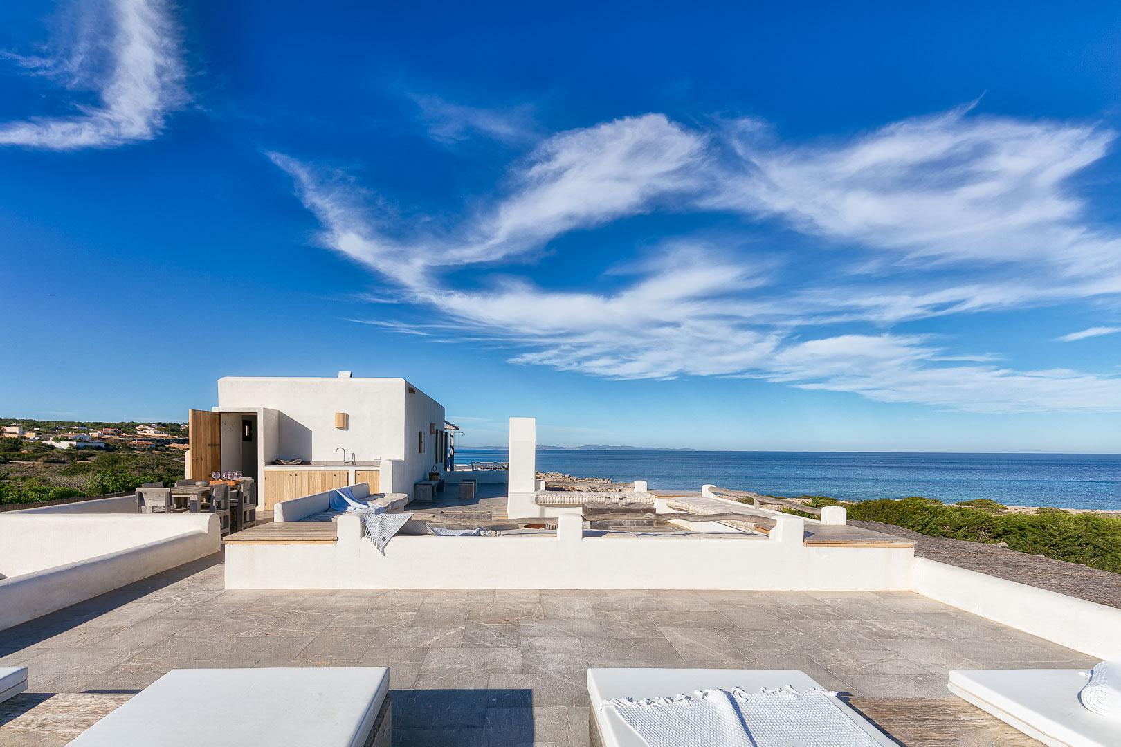 Fotografía real estate profesional del exterior de la terraza y BBC en casa de campo en Formentera