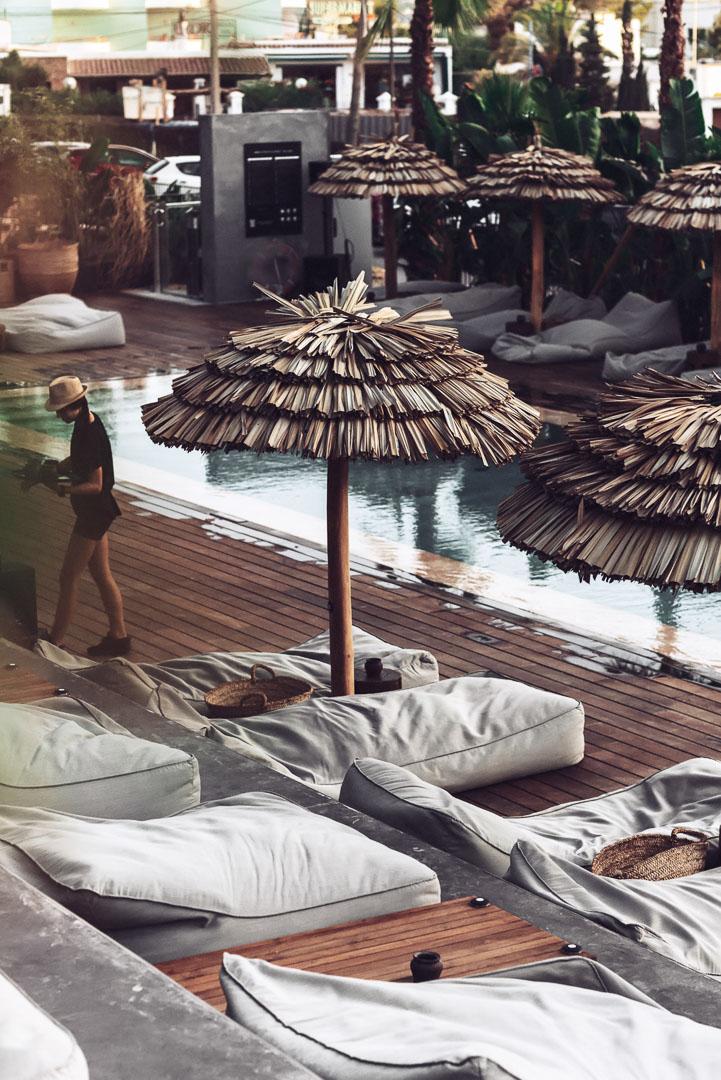 Fotografia real estate arquitectura del exterior en piscina con las hamacas en el hotel casa cook Ibiza