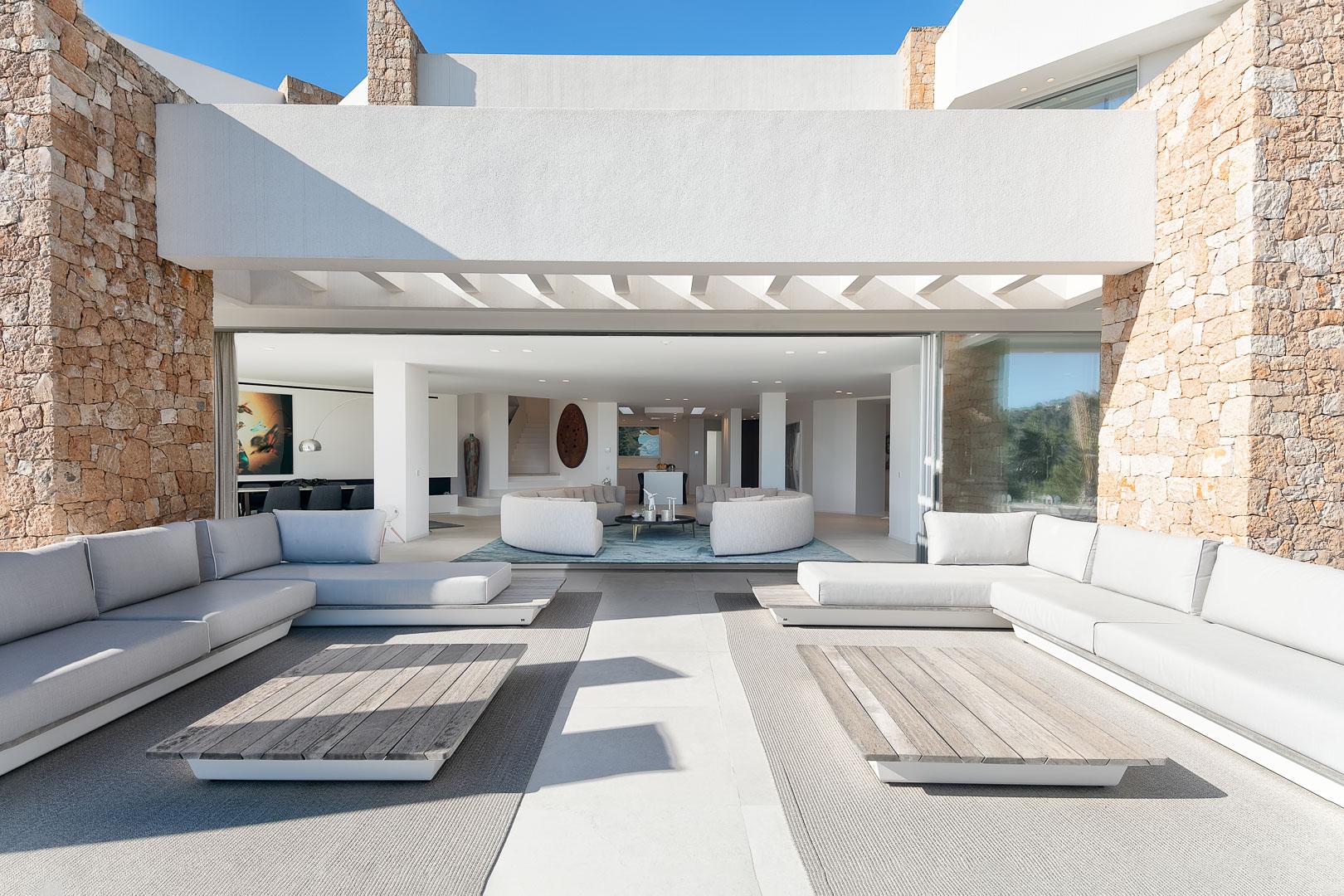 Imagen del comedor exterior de casa de campo real estate en Ibiza