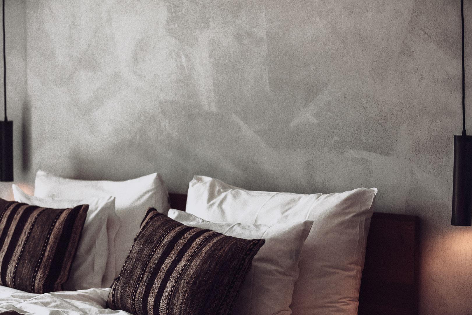 detalle fotografía arquitectura real estate de cabecera cama en el dormitorio del hotel casa cook Ibiza