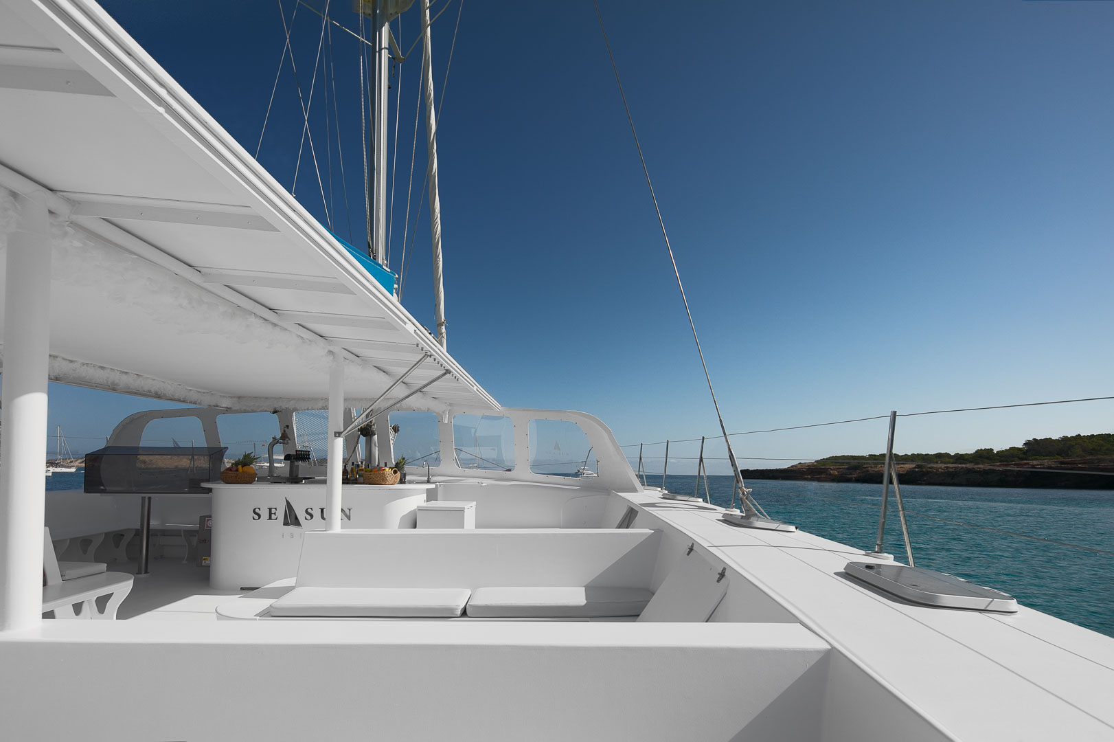 fotografia profesional publicitaria del exterior de un catamaran para pasajeros en ibiza