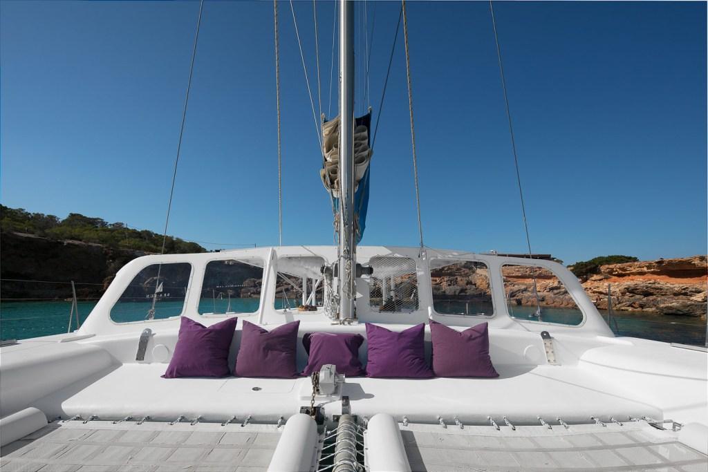 imagen profesional publicitaria del exterior de la proa de un catamaran para pasajeros en ibiza