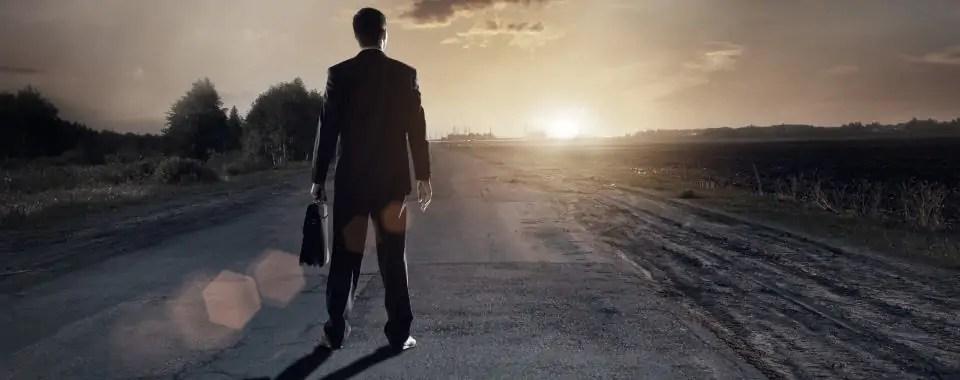 Un empresario mira hacia el horizonte para emprender con éxito su camino