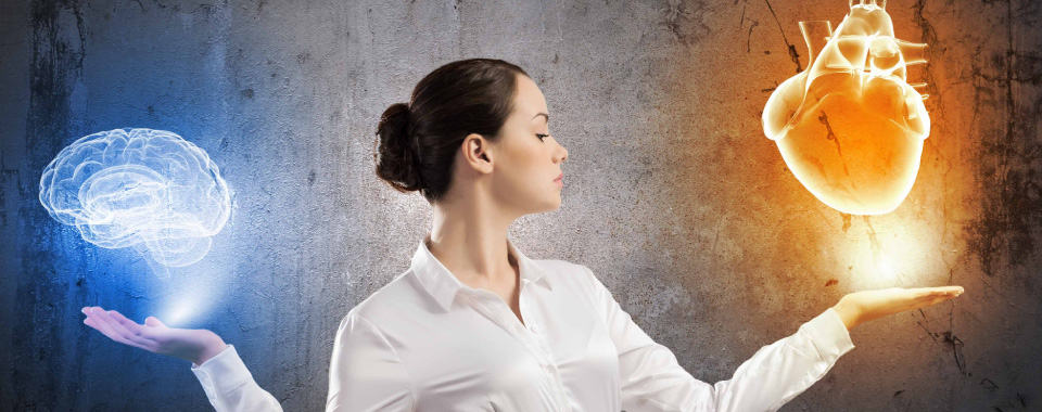 Una dama sostiene en una mano un cerebro y en la otra un corazón para simbolizar cómo gestionar las emociones en coaching