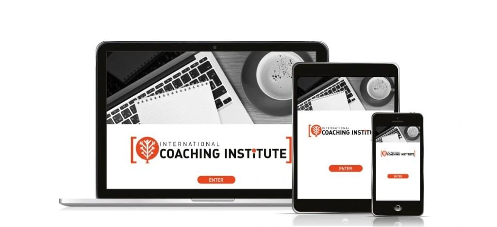 Una computadora portátil, una tablet y un celular muestran el campus de la certificación de coaching online