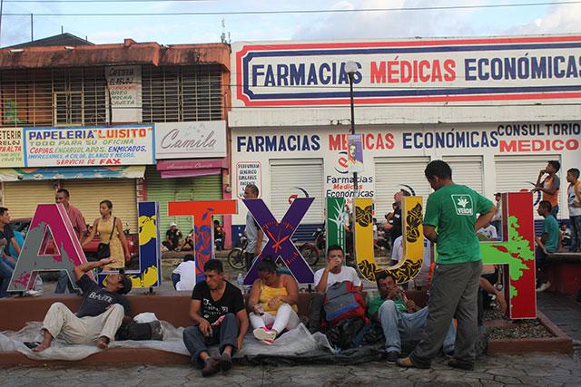 Migrantes de la caravana centroamericana descansan en             Huixtla, 21 de octubre de 2018. Foto: El Internacionalista