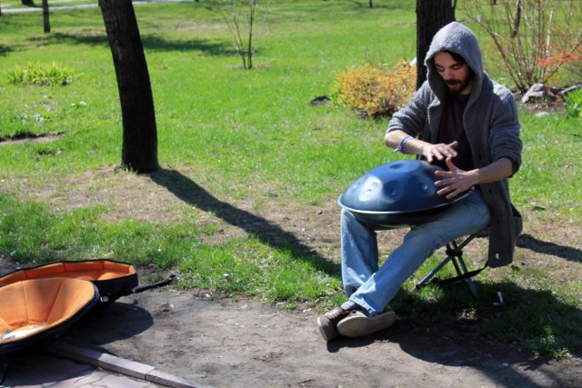 Street_Musician_Playing_Handpan_in_Novosibirsk,