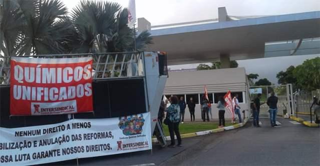O trabalhadores dosQuímicos Unificadosde Cotia (SP) já estão nas fábricas dialogando com todas e todos neste Dia Nacional de Luta Contra o Fim da Aposentadoria!