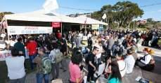 greve funcionalismo público Paraná, Ratinho Jr, manifestação, greve, muitas pessoas em pé, muitas pessoas sentadas, homens, mulheres, reivindicação