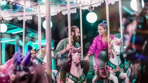 Mand og kvinde der flirter på en karrusel