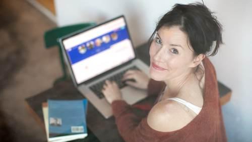 Kvinde ved computer