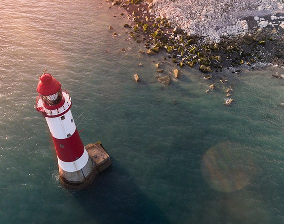 Symbolbild: Leuchtturm für sichere, nachhaltige Seo die wahrgenommen wird.