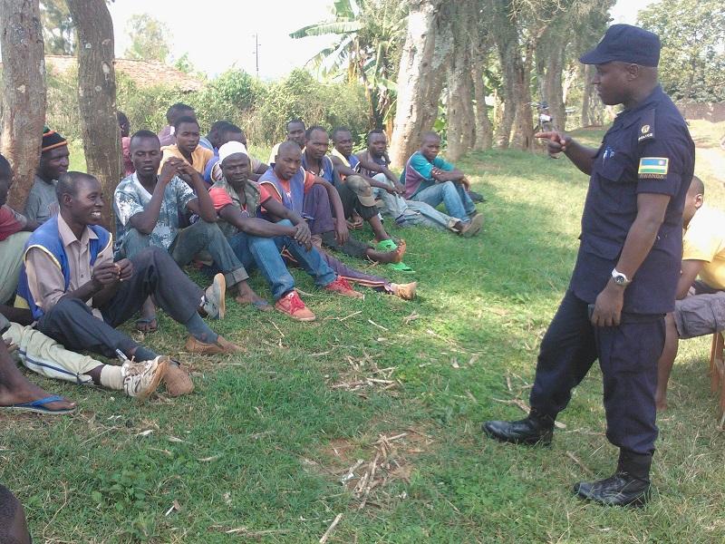 Umuyobozi wa Polisi mu karere ka Kamonyi aganira n'abanyonzi.