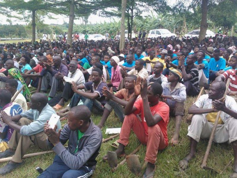 Abaturage bitabiriye igikorwa cy'umuganda ku rwibutso rwa Jenoside rwa Kamonyi.