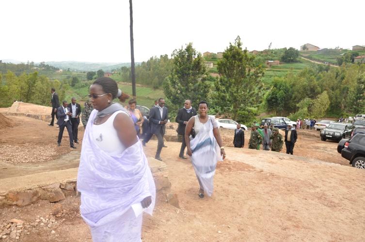 Abayobozi bagera ku rwibutso