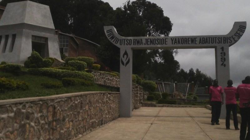 Amarembo agana urwibutso rwa Jenoside yakorewe abatutsi rwa Bisesero.