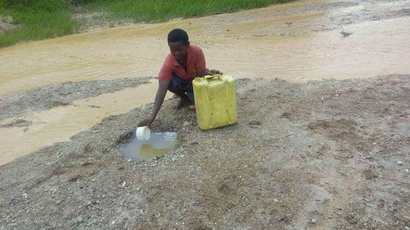 Abaturage bacukura utwobo kugira ngo bareke mo amazi nibura bo bavuga ko aruta ibiziba.