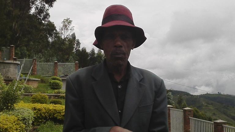 Umusaza Nyakayiro warokokeye mu Bisesero Jenoside yakorewe abatutsi.