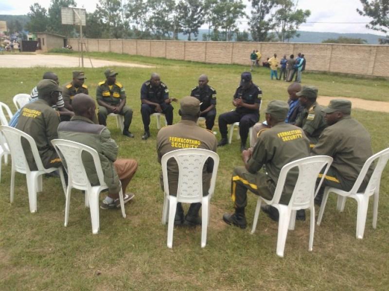 ACP Nkwaya hamwe n'abayobozi b'abamotari mu nama.