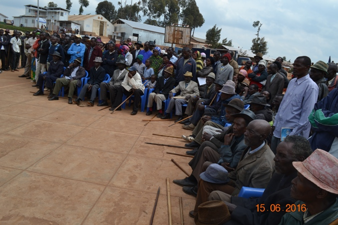 Impunzi zicaye zituje zumva ubutumwa buganisha ku burenganzira bw'umwana.