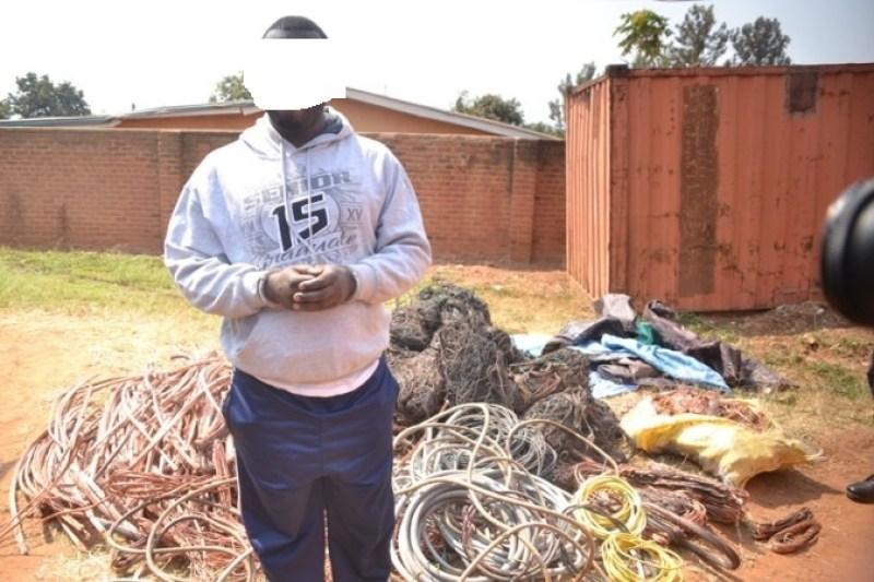 Umwe mubafatanywe insinga z'amashanyarazi zibwe.