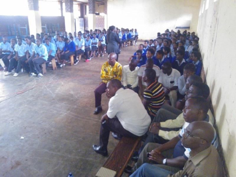 Abanyeshuri na bamwe mubarezi babo baganirizwa kuri gahunda ya Ndi umunyarwanda.