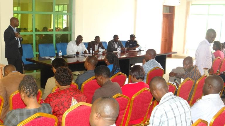 Mugisha Emanuel ( RMC) aganirira abayobozi ku itegeko ryerekeye kubona amakuru.
