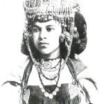 Jeune femme de Bousaada (Aith Nail) portant la parure complète