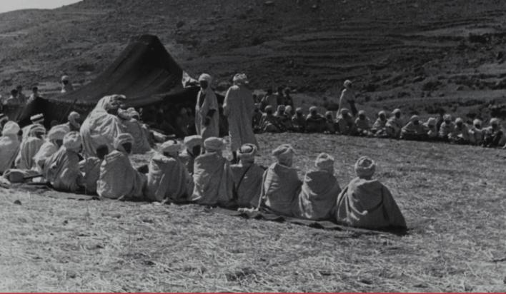 Fig. 10 Fête de mariage des Kermaoui-Guesbaya. Photographie prise par Thérèse Rivière le 22 septembre 1935 à Kerma. Fonds Thérèse Rivière, musée du quai Branly. Les hommes assis sur leur natte d'alfa de part et d'autre de la tente abritant les notables