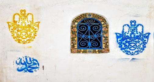 Mains Hamsa sur un mur de la médina d'Hammamet © C. Sorand
